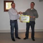 Andreas Groll (re.) überreicht die Auszeichnung zum Zertifizierten Partner an Paul Keßler (li.).